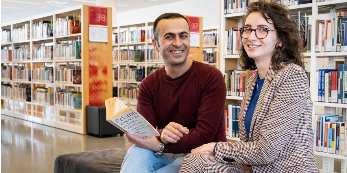 Aylin en Arvin leren elkaar een taal dankzij Turks-Nederlands boek